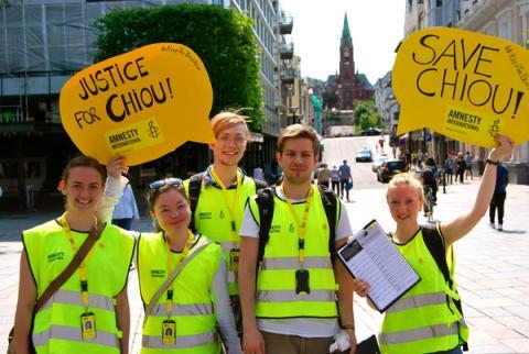 Amnesty-aktivister viser sin støtte til Chiou Ho-Shun som sitter fengslet i Taiwan og venter på dødsstraff. Fra Bergen sommeren 2013 som en del av anti-dødsstraffkampanjen Keep the beat alive. Foto:AI