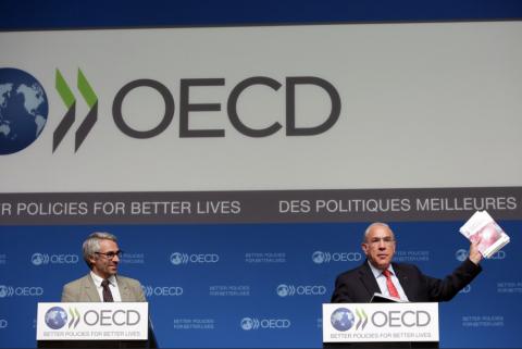 OECDs skattedirektør Pascal Saint-Amans (t.v.) og generalsekretær Angel Gurria lanserte de nye skattetiltakene i Paris denne uken. Foto: OECD