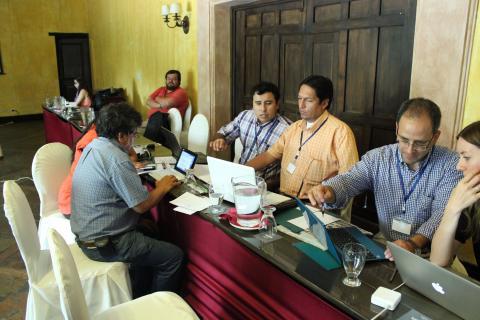 Gruppen fra Bolivia analyserer kontrakter under Modul 2 av TRACE. Raul Velasques til høyre i bildet. Foto: Christine Amdam
