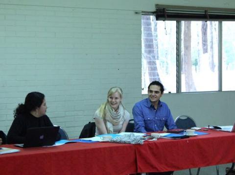 Cecilia Gonzalez ser bort på programrådgiver i PWYP Norge, Ingvild Onstad Helle og Miguel Zamora-Mill. Gonzalez og Zamora-Mill har tatt initiativ til møtet med Cordaid for å diskutere EITI. Foto: Christine Amdam