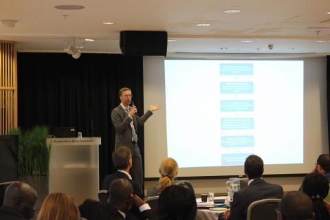 Dan Devlin fra OECDs skatteadministrasjon la fram BEPS-prosjektet. Foto: Christine Amdam