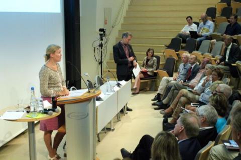 Pia Goyer fra Etikkrådet for Oljefondet holder sin innledning. Foto: Christine Amdam