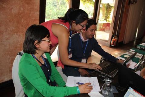 Lourdes Molina (midten) fra ICEFI skal presentere en ny rapport på seminaret. Her ser hun på kontrakter sammen med to av de andre deltakerne fra Guatemala under Modul 2 av TRACE.. Foto: Christine Amdam