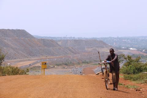 North Mara Gold Mine ligger like ved siden av småbyen Nyamongo i Mara-regionen nordvest i Tanzania. I bakgrunnen er muren som har blitt satt opp rundt det meste av gruven, samt et av vakttårnene som omringer den. Foto: Moses Matthews