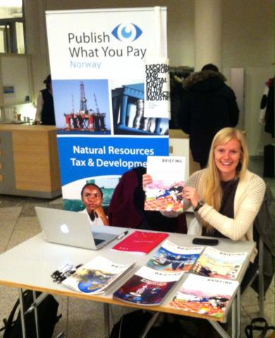 Programrådgiver i PWYP Norge delte ut briefinger på Industri Energis landsmøte. Foto: Christine Amdam