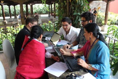 Juan José Herrera (hvit skjorte) og resten av deltakerne fra Ecuador analyser en oljekontrakt. Foto: Christine Amdam
