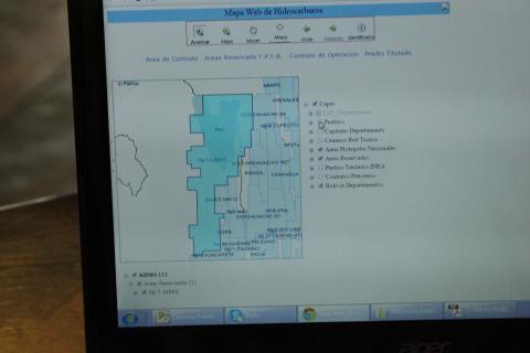 Her er en av kontraktene som Fundacion Jubileo har gjort om til kart. Foto: Christine Amdam