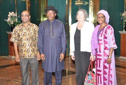 Her er Ledum Mitee (t.v.) avbildet sammen med president Gooluck Jonathan og representanter fra EITI. Mitee mener at Nigeria fortsatt har like mye korrupsjon og hemmelighold i oljeindustrien. Foto: NEITI