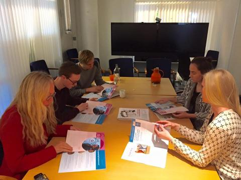 PWYP Norge møtte medlemmer av Operasjon Dagsverk sin Hovedkomite for å gi en innføring i faktaheftet og hvordan det kan brukes. Foto: PWYP Norge.