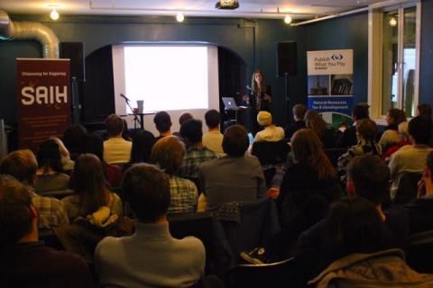 Skatteunngåelsesindustrien var tema på seminaret som PWYP Norge arrangerte sammen SAIH Bergen. Foto: Christine Amdam