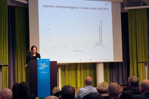 Generalsekretær i PWYP Norge, Mona Thowsen snakket om aggressiv skatteplanlegging for revisorforeningen. Foto: Christine Amdam
