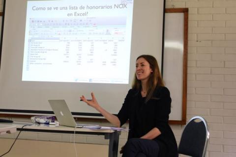 Mona forteller deltakerne fra Guatemala om Norges erfaringer med EITI. Foto: Christine Amdam