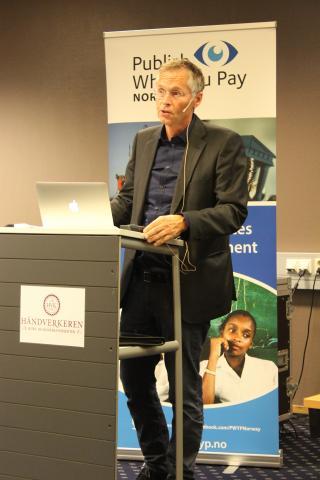 Morten Eriksen, førstestatsadvokat for Økokrim vektla de positive konsekvensen av skatt i sin presentasjon på politisk salong. Foto: PWYP Norge.