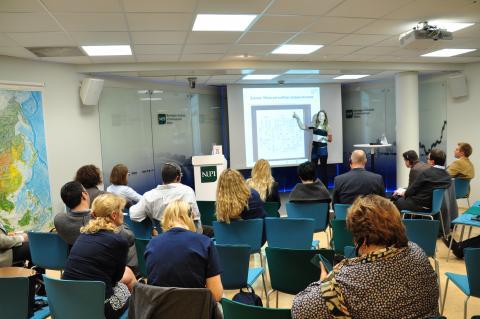 Det er tredje gang generalsekretær i PWYP Norge, Mona Thowsen, foreleser om finansiell åpenhet for deltakere tilknyttet MSCE. Foto: NUPI