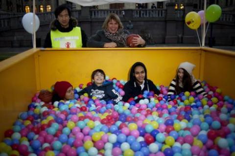 Redd Barna feirer barnekonvensjonens bursdag utenfor Stortinget sammen med barn som har bodd på asylmottak.
