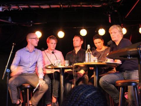 Fra venstre: leder av SAIH, Jørn Wichne Pedersen, Torstein Solberg (Ap), Torgeir Knag Fylkesnes (SV), Heidi Nordberg Lunde (H) og Ola Elvestuen (V). Foto: Mona Thowsen.