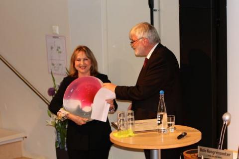 Gomez sin kone Oralia Casso mottok prisen fra leder av Industri Energi, Leif Sande. Foto: Christine Amdam