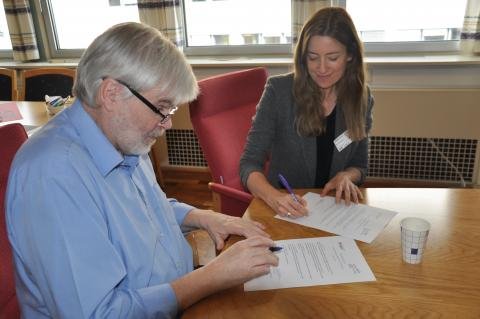 Leif Sande, leder av Industri Energi og Mona Thowsen, generalsekretær i PWYP Norge skriver under den nye samarbeidsavtalen. Foto: Christine Meling