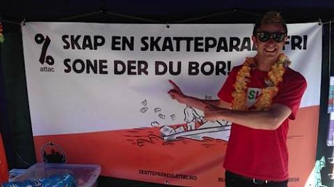Stortingsrepresentant Snorre Valen (SV) poserer foran Attac sin kampanje.