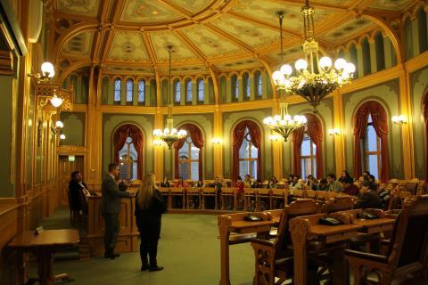 Truls Wickholm (Ap) holdt et møte med TRACE-deltakerne i den gamle lagtingssalen på Stortinget. Foto: Eline Helledal
