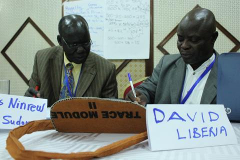 James Ninrew fra Sør-Sudan regner på betalinger til staten sammen med David Sackoh fra Liberia