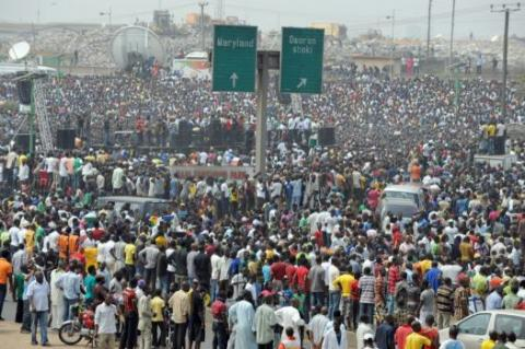 Fellesrådet arbeider for rettferdighet både i internasjonal sammenheng og innen hvert  enkelt afrikansk land. Bildet viser en massedemonstrasjon i Nigeria mot fjerning av subsidier.